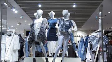 Imagen de archivo escaparate tienda de ropa.
