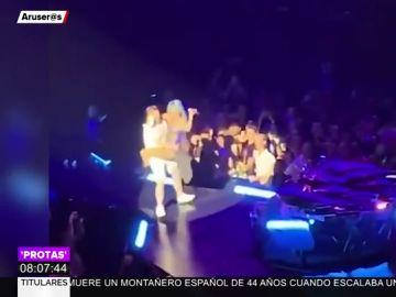 La aparatosa caída de Lady Gaga junto a un fan en pleno concierto