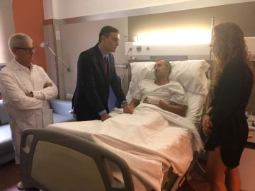 Sánchez visita a los policías heridos en Barcelona