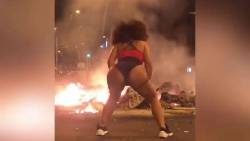 Twerking frente a las barricadas en llamas en Barcelona