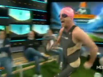 De locos: Cristóbal Soria se viste de triatleta para mofarse de Vinícius
