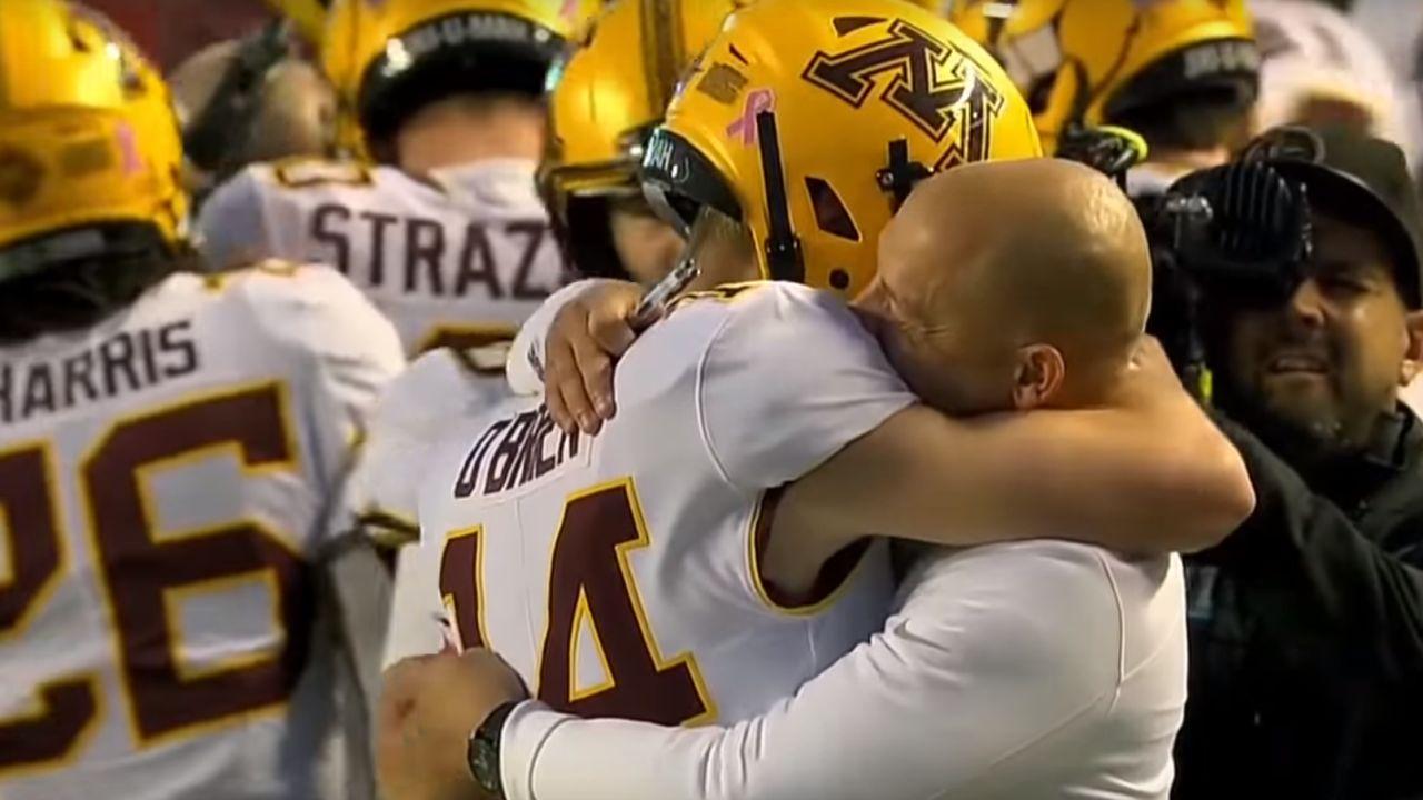 Casey O'Brien abraza a su entrenador