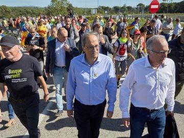 Quim Torra y el exlehendakari Juan José Ibarretxe, junto a los simpatizantes independentistas durante el recorrido por la AP-7 desde Girona.