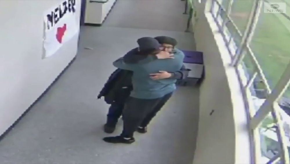 Gran hazaña de un profesor: abraza y desarma a un alumno con una escopeta en un colegio de Oregón