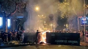 Centenares de manifestantes junto a una barricada de fuego