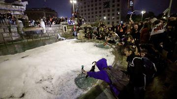 Centenares de personas vierten jabón en la fuente de Plaza España, en Barcelona