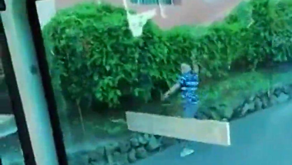 Un pasajero la emprende a pedradas contra un autobús en Tenerife tras quedarse dormido y saltarse la parada
