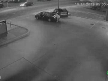 Graban a un hombre arrojando el cadáver de una mujer a la basura en Colorado