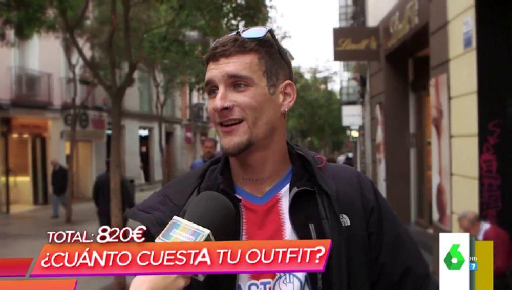 Un joven, con la camiseta del Sporting