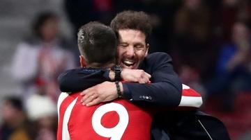 Morata y Simeone se abrazan