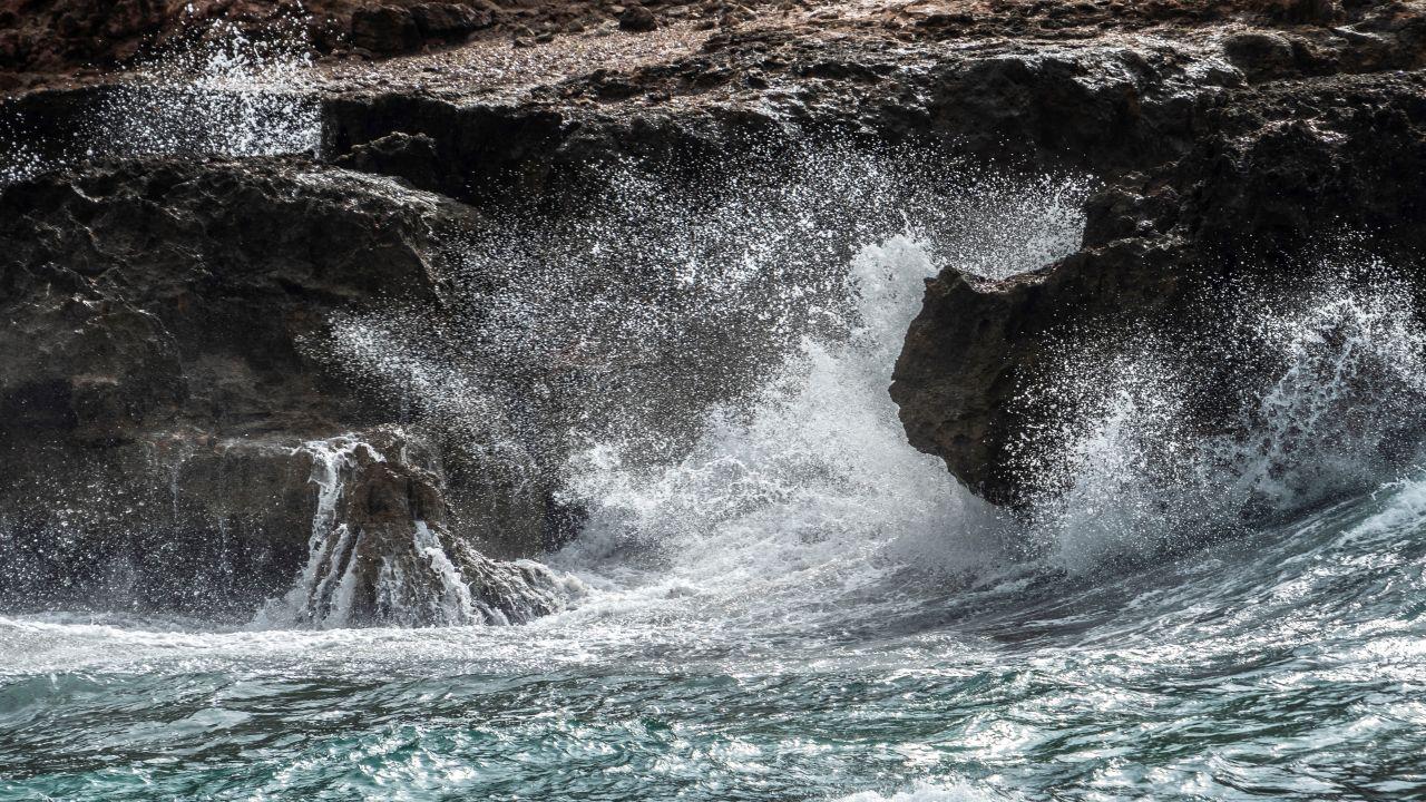 El oleaje rompe con fuerza este martes en Pollença (Mallorca), día en el que el paso de la DANA ha dejado tres heridos en Ibiza