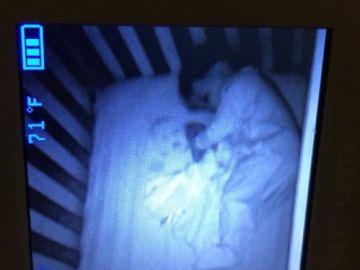 En la imagen del intercomunicador de su bebé parecía que había un 'bebé fantasma'