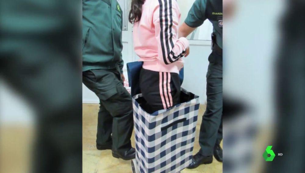 Intentan pasar por la frontera de Melilla a una niña en un carrito de la compra