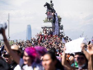 Miles de manifestantes protestan contra el Gobierno en Santiago (Chile)