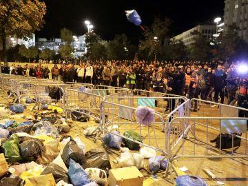Manifestantes tiran basura ante la Subdelegación del Gobierno en Girona