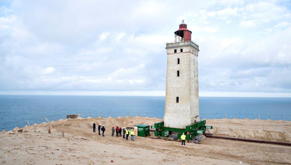 Trasladan tierra adentro un faro danés para evitar que sea tragado por el mar.