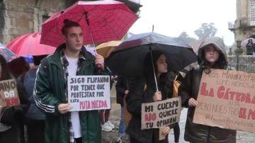 Decenas de alumnos piden al rectorado de la Universidad de Santiago que expulse al profesor acusado de machista