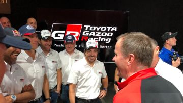 Alonso sonríe junto con sus nuevos compañeros de equipo en Toyota