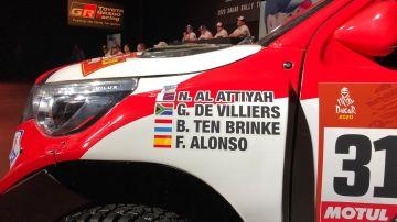 Fernando Alonso acompañado de su equipo Toyota en el anuncio oficial de la participación en el Dakar 2020