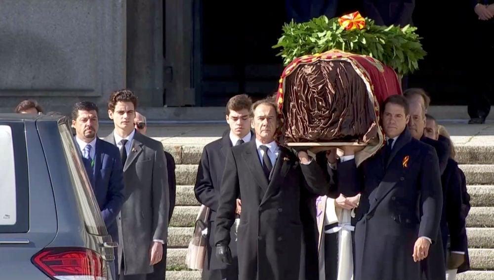 Franco sale del Valle de los Caídos