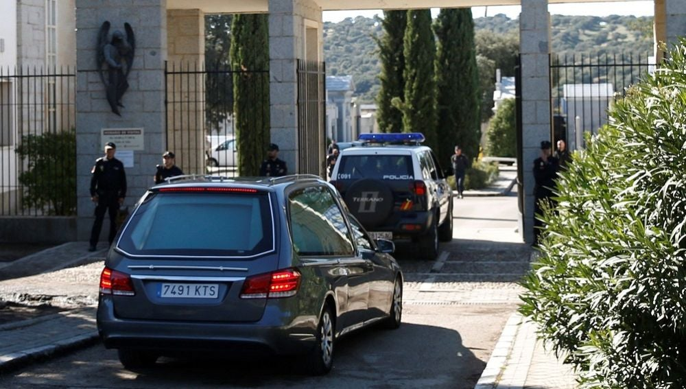El coche fúnebre con los restos mortales de Francisco Franco entra al cementerio de El Pardo-Mingorrubio
