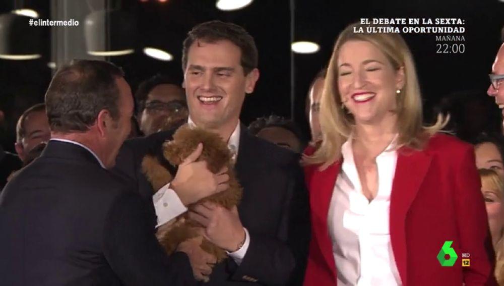 Albert Rivera abraza a otro perro durante un acto electoral en Valencia