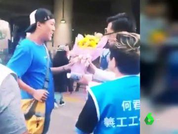 Graban el impactante momento en el que un hombre apuñala a un diputado en Hong Kong