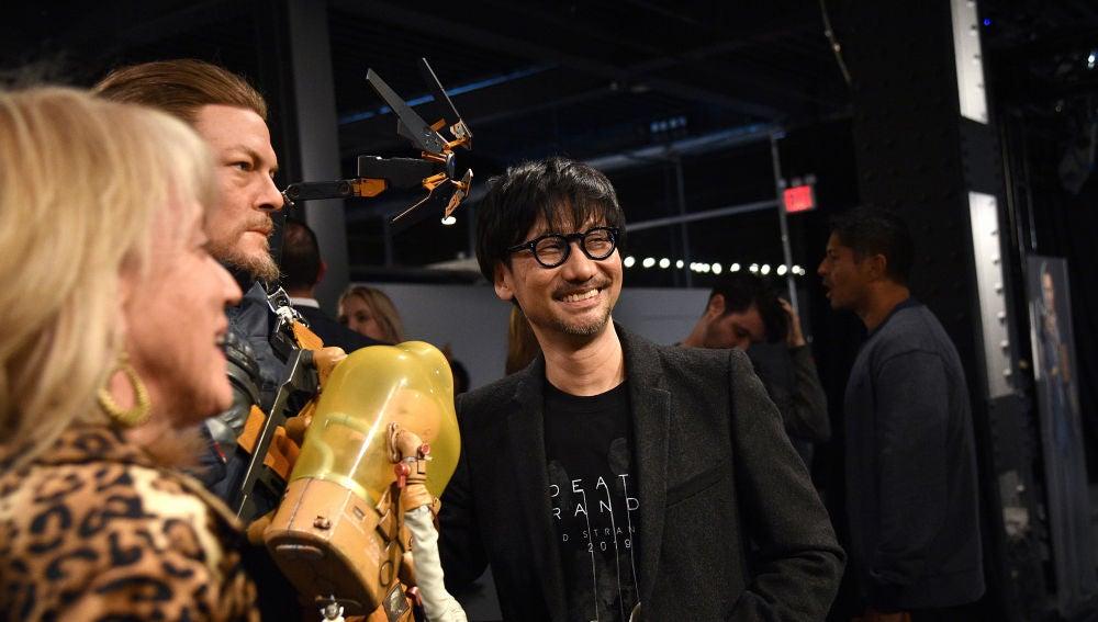 Hideo Kojima, junto a una figura a tamaño real de Sam, personaje que interpreta Norman Reedus en Death Stranding