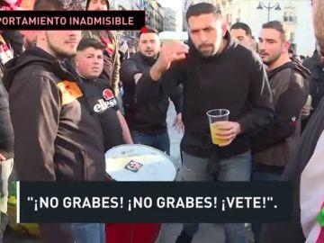 Ultras del Galatasaray lanzan objetos a un cámara de 'El Chiringuito' en Madrid