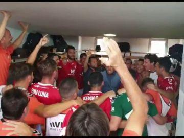 """""""Dime que sientes lo mismo que yo"""": el entrenador empieza la charla enfadado... y acaban todos abrazados cantando Camela"""