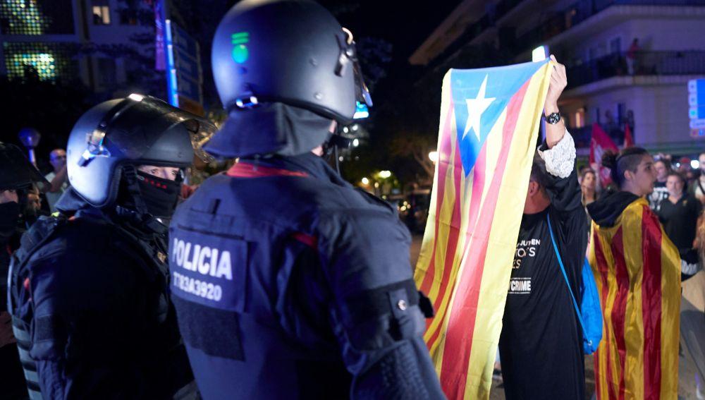 Dos policías frente a los manifestantes en una concentración en Cataluña