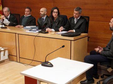 El jurado junto al principal acusado de la muerte de la viuda de la CAM, Miguel López