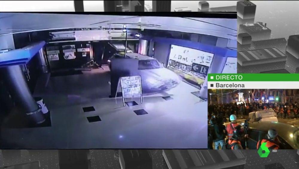 Seis personas empotran un coche contra un centro comercial en Barcelona para robar y logran huir