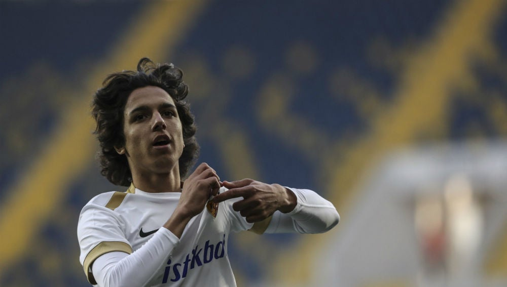 Emre Demir, de 15 años, celebra un gol