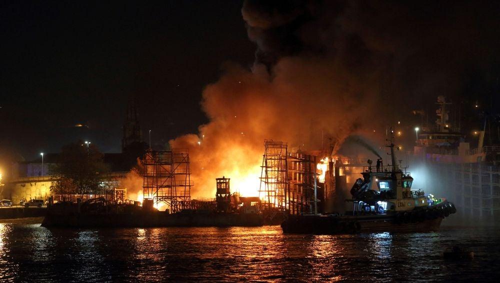 Las llamas se elevan sobre el astillero de Placeres en Marín (Pontevedra)