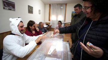 El presidente de mesa de la localidad soriana de Osma, Jose Luis Lamela, se ha disfrazado de oso
