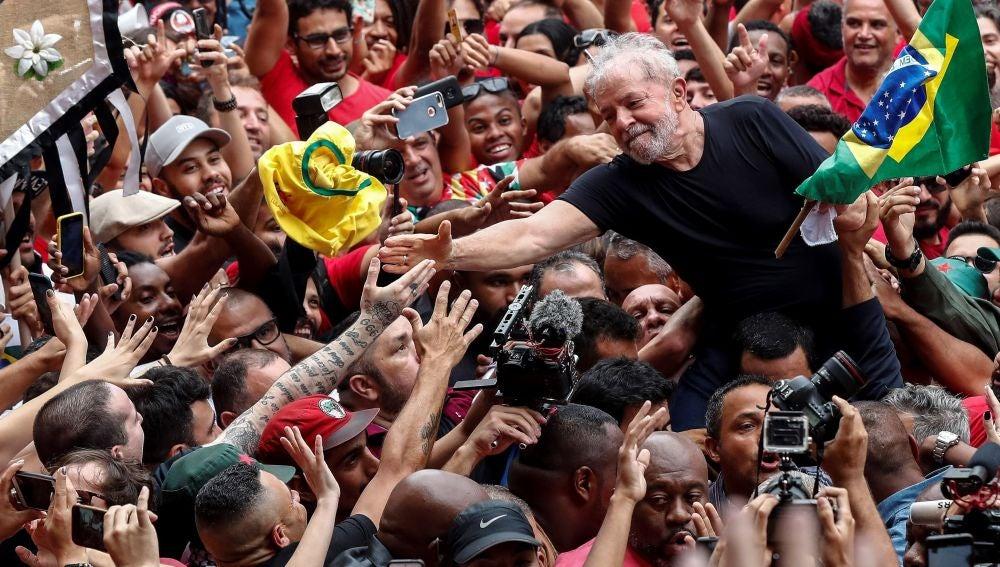 Simpatizantes del expresidente de Brasil Luiz Inácio Lula da Silva lo llevan a hombros en Sao Bernardo do Campo