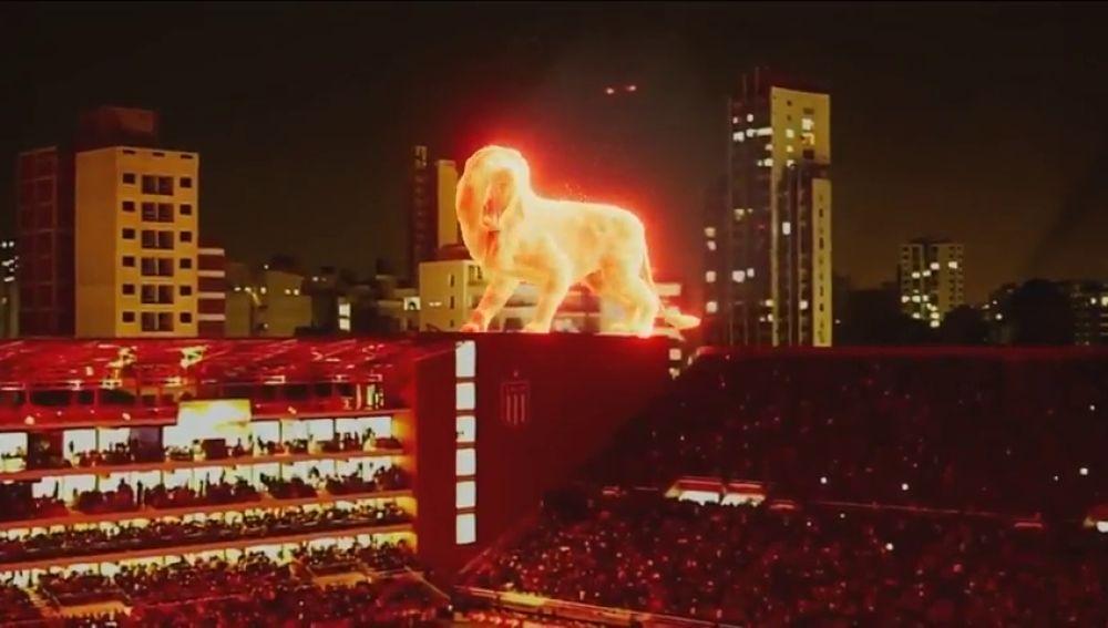 Un espectacular leon de fuego camina por las gradas del estadio del Estudiantes argentino