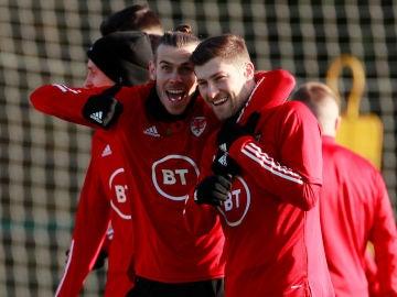 Gareth Bale posa con Ben Davies en el entrenamiento de Gales