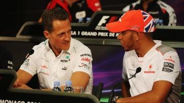 Michael Schumacher y Lewis Hamilton dialogan en una rueda de prensa