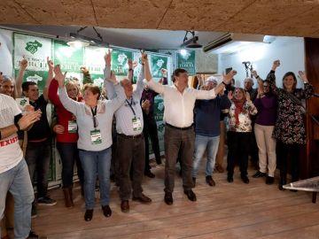 El candidato de Teruel Existe, Tomás Guitarte, junto a su equipo