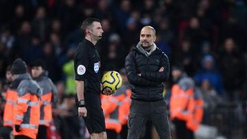 Guardiola mira con incredulidad al colegiado Michael Oliver