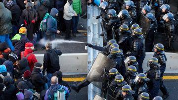 Los antidisturbios franceses comienzan a desalojar a los manifestantes en la frontera