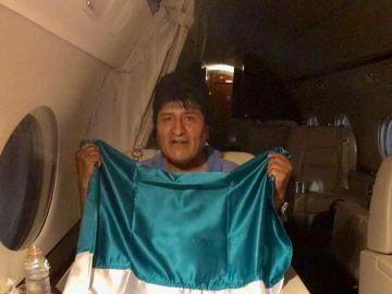 Evo Morales en el avión con destino a México