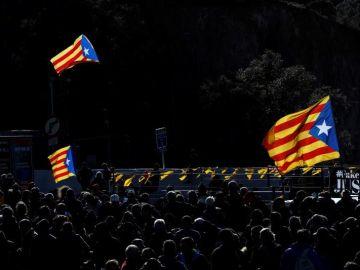 Centenares de personas en la autopista que enlaza España y Francia