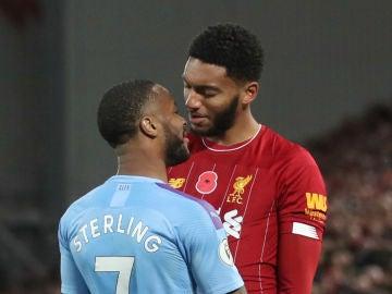 Sterling y Gomez se encaran durante el Manchester City Liverpool
