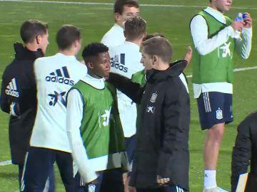 Locura con Ansu Fati en su primer entrenamiento con la Selección: no se arrugó ante Thiago o Carvajal