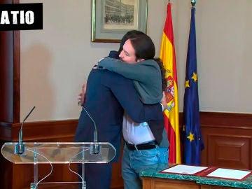 Abrazo entre Pedro Sánchez y Pablo Iglesias