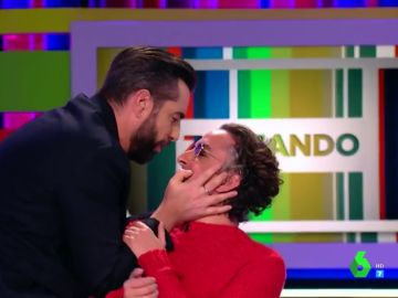 Josie y Dani Mateo protagonizan la despedida más inesperada de la historia de Zapeando