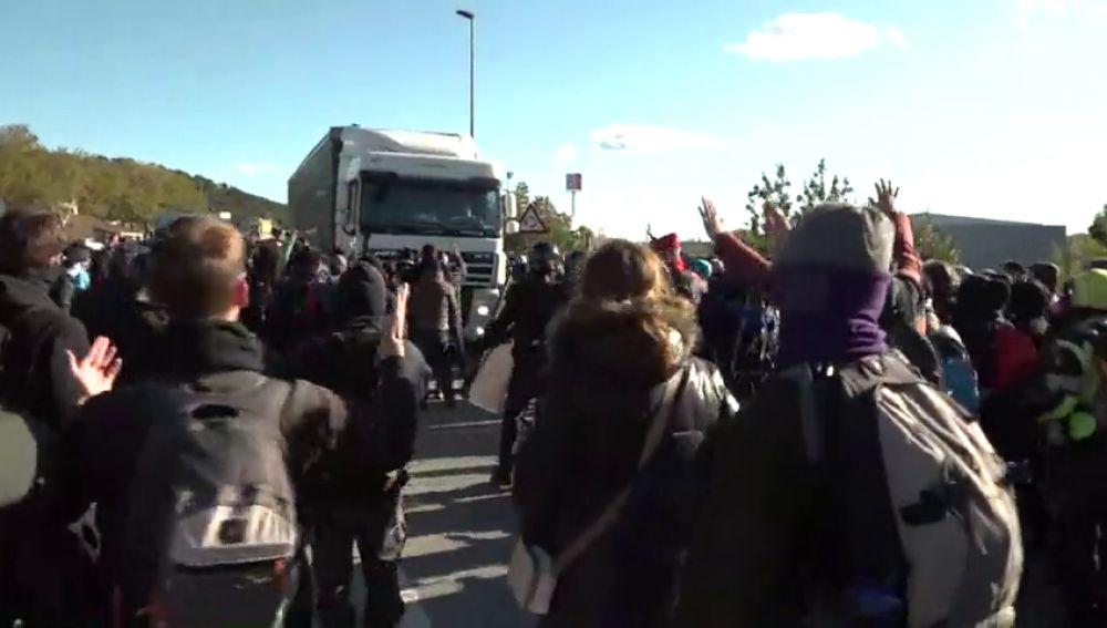 Un camionero intenta atropellar a manifestantes en La Jonquera